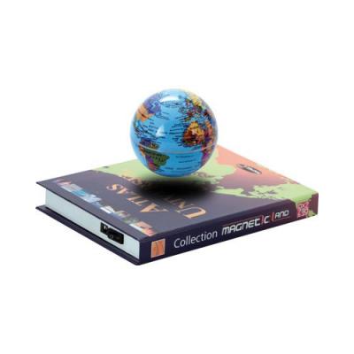 Globe terrestre en lévitation magnétique flotte sur un support en forme d'Atlas